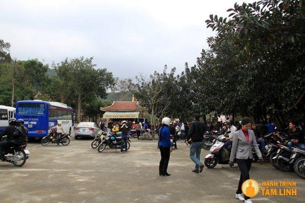 Bãi đỗ xe chùa Lân