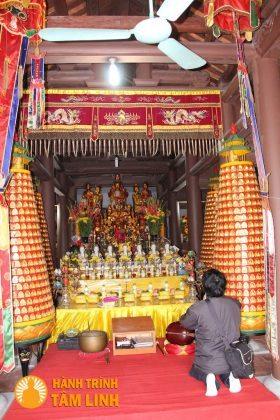 Bên trong chánh điện chùa Cầm Thực (bàn thờ Tổ, chư Phật, Bồ Tát)
