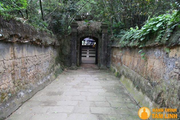 Cổng ra vào chùa rêu phong cổ kính