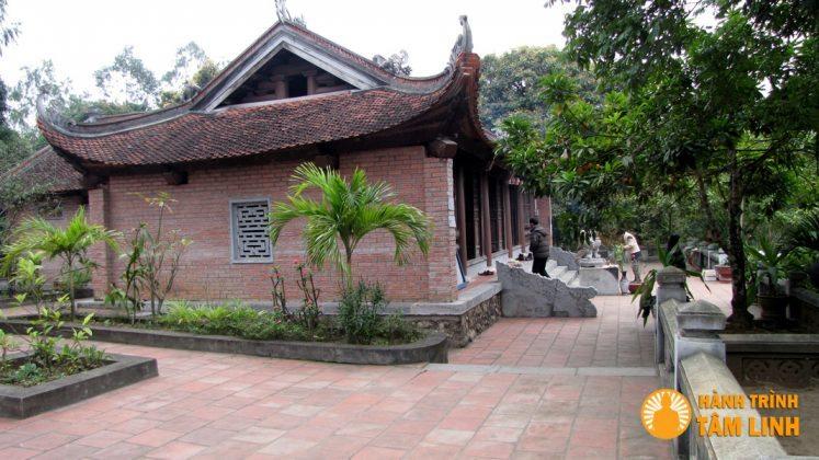 Nhìn chánh điện chùa Cầm Thực từ bên phải.