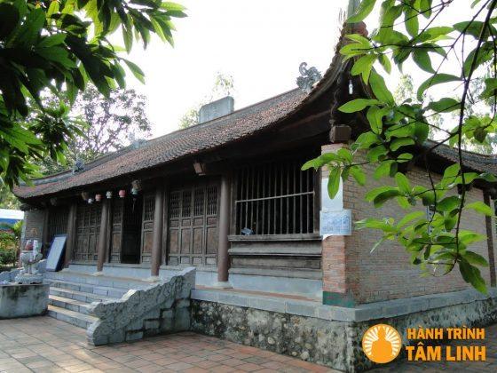 Nhìn chánh điện chùa Cầm Thực từ bên trái.
