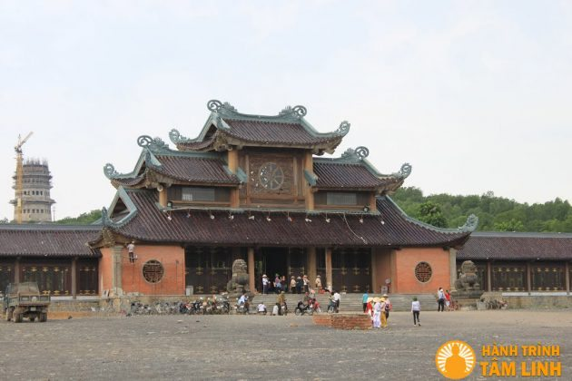 Cổng tam quan nội chùa Bái Đính trong giai đoạn hoàn thiện