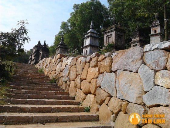 Đường tới vườn tháp sau chùa Phật Tích (Tiên Du,Bắc Ninh)