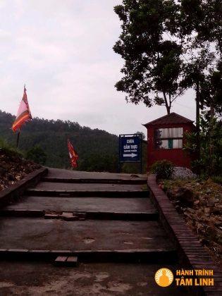 Đường vào chùa Cầm Thực