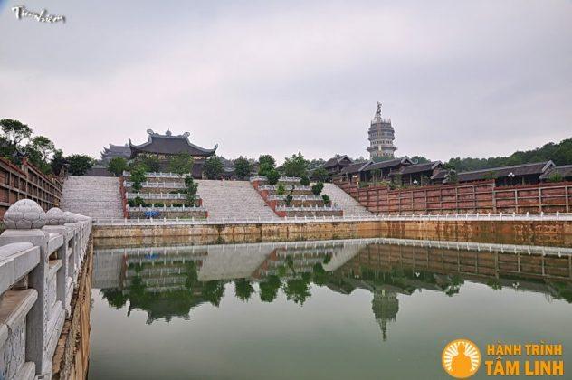Hồ phóng sinh phía trước điện pháp chủ chùa Bái Đinhs