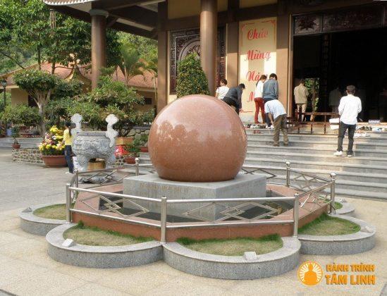 Quả cầu Như Ý trước chính điện chùa Lân