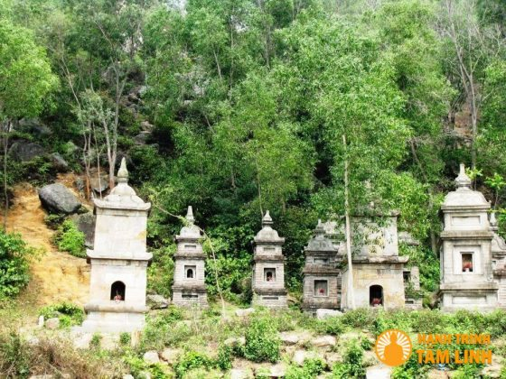 Tháp là nơi cất giữ xá lị của các nhà sư có công với chùa