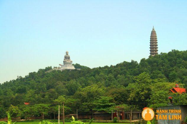 Tượng A-Di-Đà và tòa bảo tháp nhìn từ xa