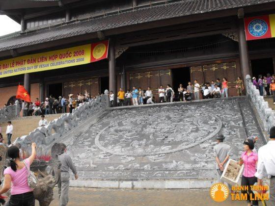 Bức phù điêu bằng đá trước tòa tam thế chùa Bái Đính