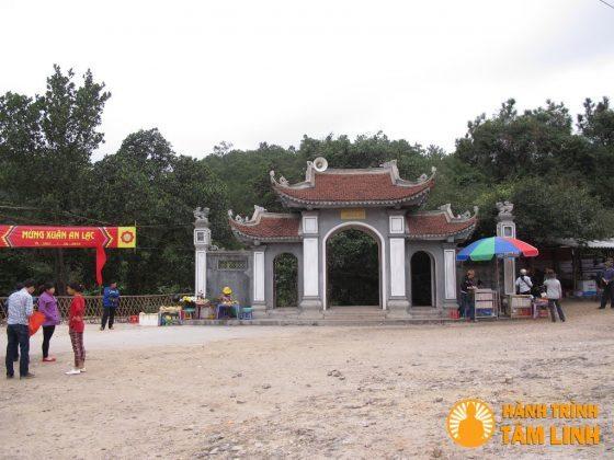 Cổng Tam Quan chùa Suối Tắm