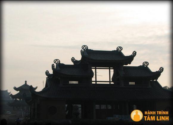 Cổng tam quan nội chùa Bái Đính đã được lơp mái