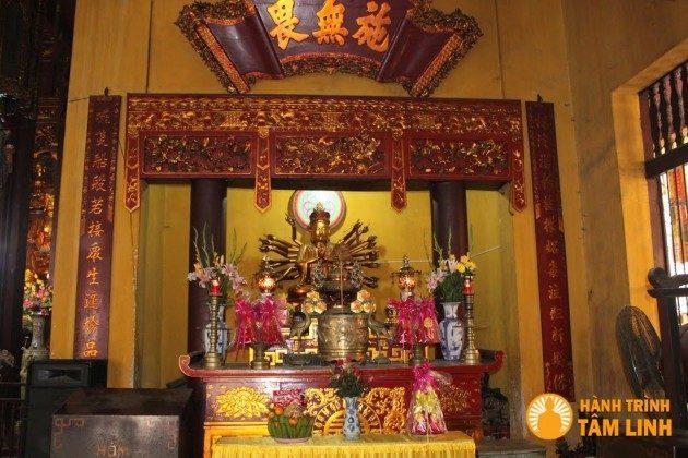 Đền thờ bên trong chánh điện