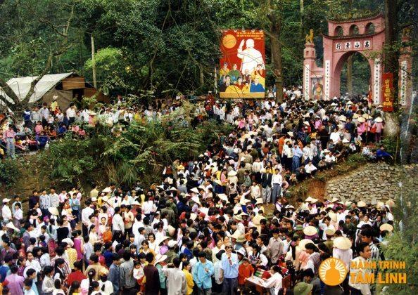 Đoàn người đổ về tham dự lễ hội đền Hùng giỗ tổ Hùng Vương