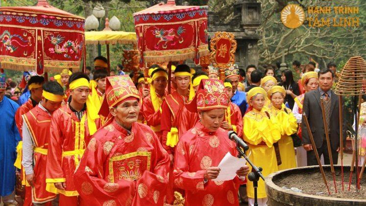 Đoàn rước kiệu hành lễ tại đền Thượng (đền Gióng)