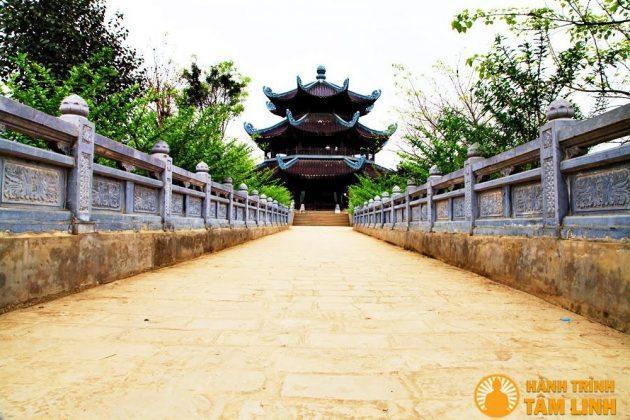 Đường vào tháp chuông chùa Bái Đính