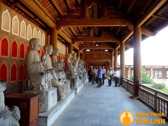 Hành lang la hán chùa Bái Đính
