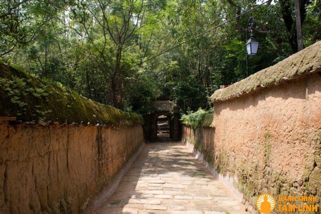 Lối vào chùa cổ kính