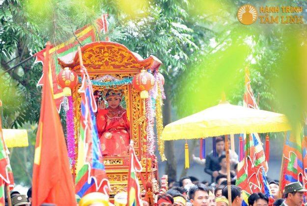 Lễ rước kiệu Tướng trẻ ở hội Gióng (Sóc Sơn)
