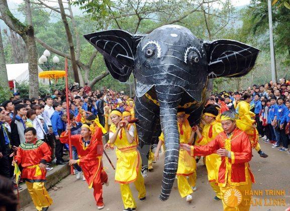 Lễ rước voi chiến tại hội Gióng (Sóc Sơn)