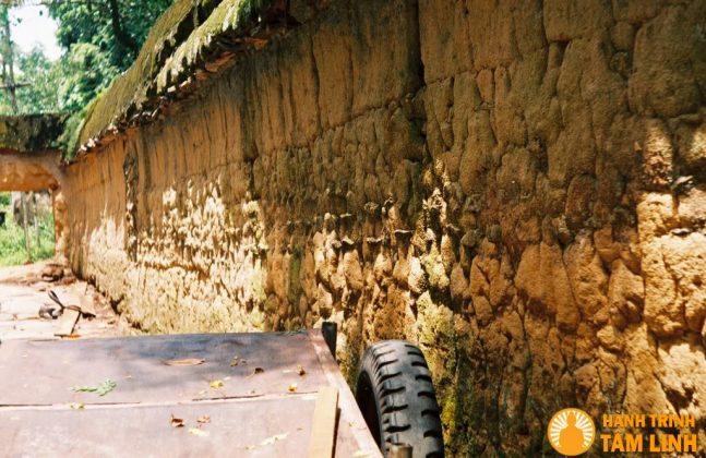 Những bức tường đất được lợp ngói đã phủ rêu xanh