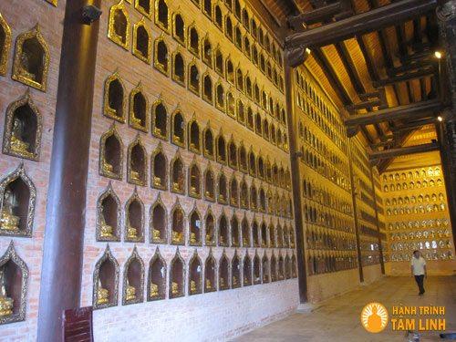 Tường phía trong xung quanh điện được tạo các ô nhỏ bên trong đặt tượng Quan Thế Âm nhỏ đúc bằng đồng.