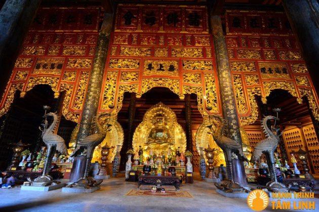 Tượng tam thế phật và bức hoành phi ở điện tam thế chùa Bái Đính