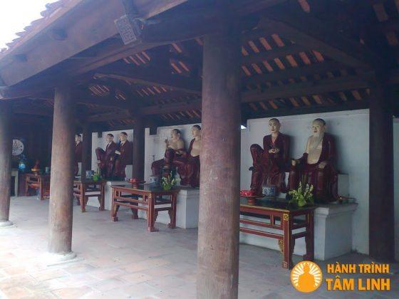 Tượng La Hán trong chùa Trình