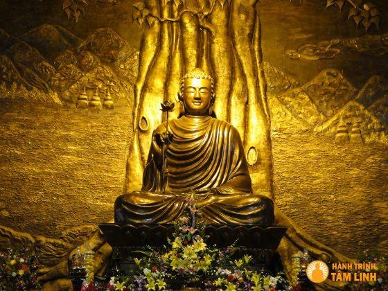 Tượng Phật trong chính điện chùa Lân