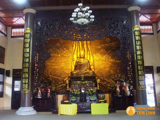 Tượng Phật trong chính điện