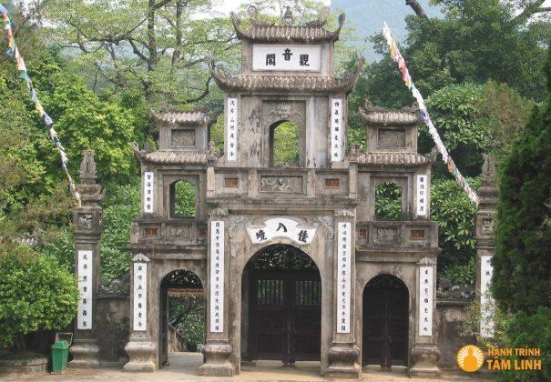 Cổng chùa Hương