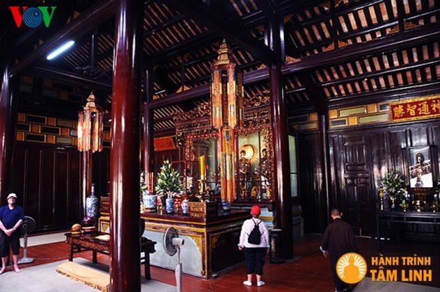 Bên trong điện Đại Hùng chùa Thiên Mụ ( Thành phố Huế )