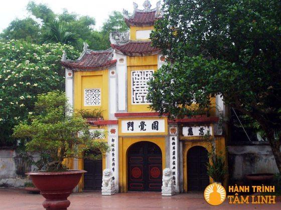 Cổng tam quan chùa Một Cột