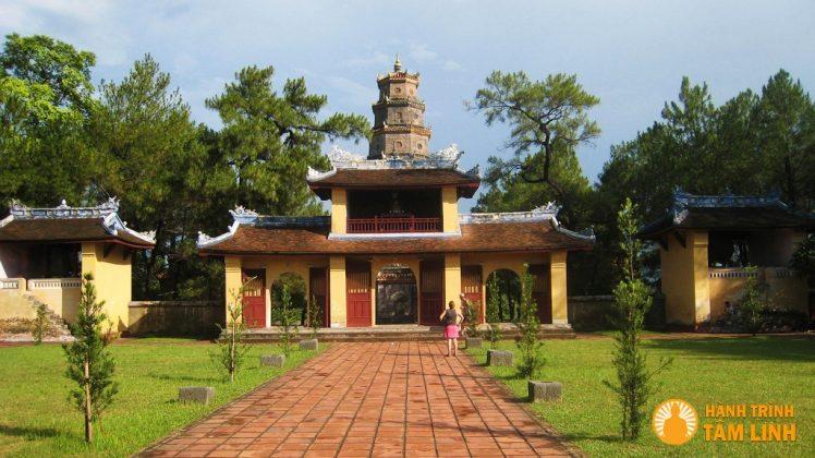 Cổng tam quan chùa Thiên mụ ( Thành phố Huế )