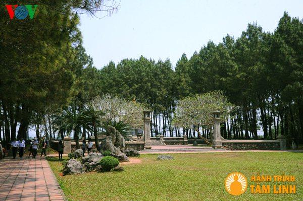 Khuôn viên chùa Thiên Mụ