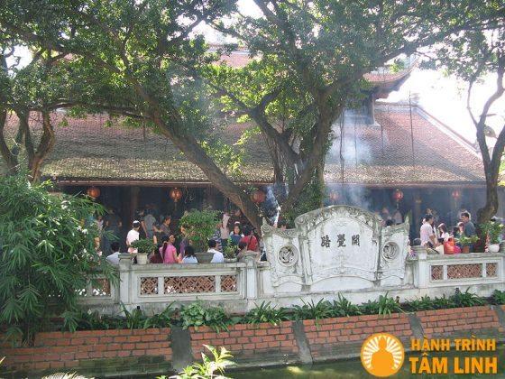 Trước cửa chùa