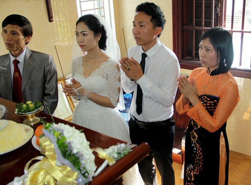 Cô dâu chú rể lễ gia tiên