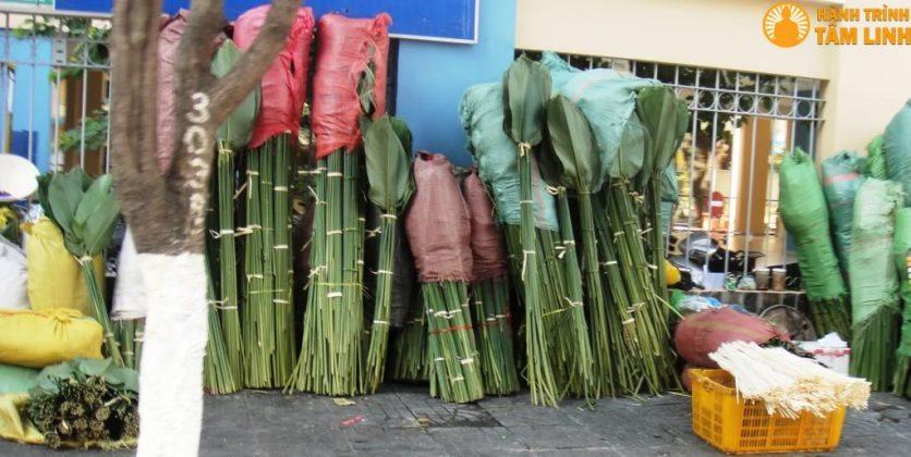 Lá dong được bày bán trong chợ Tết