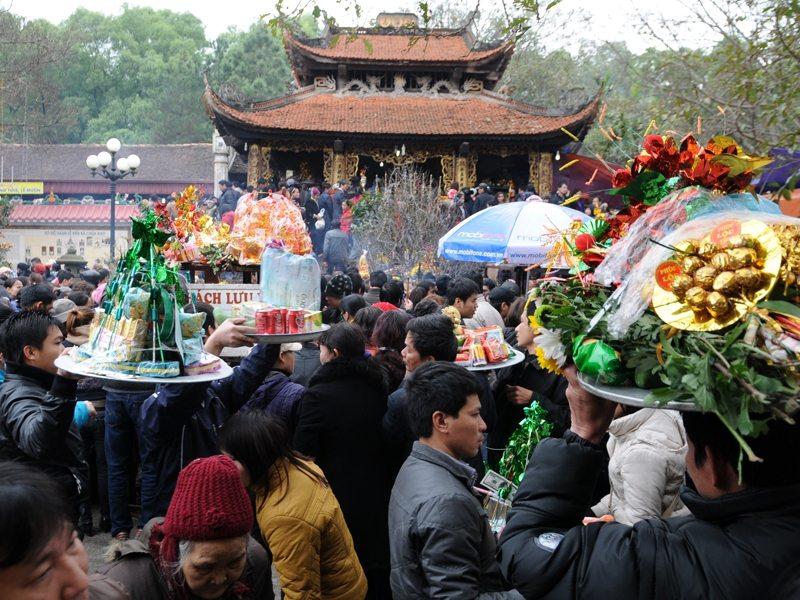 Những mâm cao cỗ đầy khi đi lễ chùa