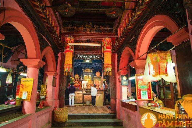 Trong chùa Ngọc Hoàng