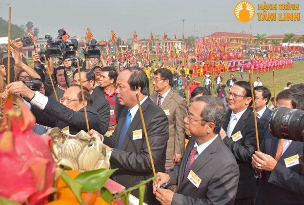 Các đại biểu làm lễ dâng hương trước bàn thơ thần nông và linh vị Vua Lê Đại Hành