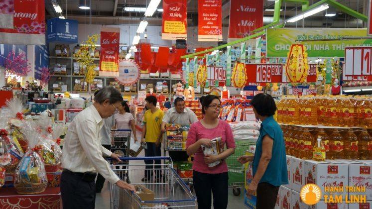 Đi chợ chuẩn bị cho ngày Tết