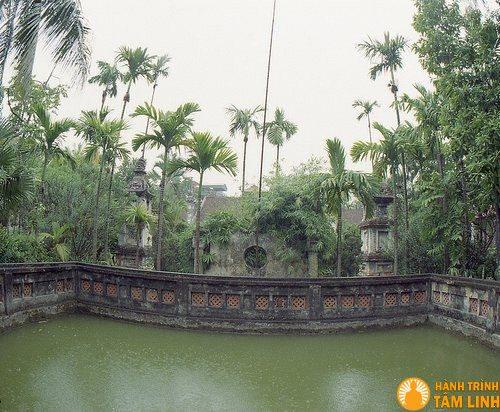 Ao nhỏ, bình phong và tháp mộ cổ