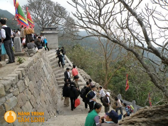 Bậc thềm lên chùa Hoa Yên