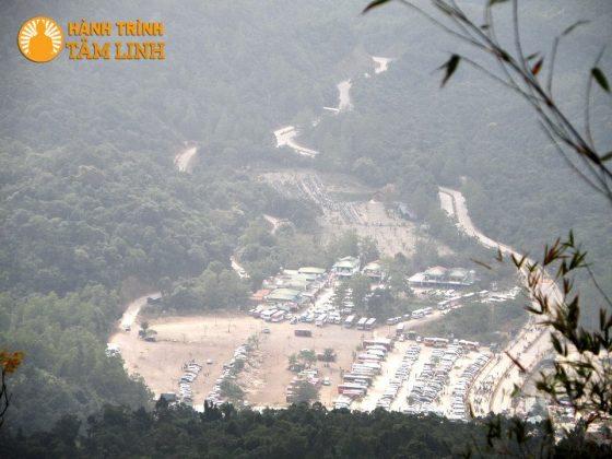Bãi xe dưới chân núi nhìn từ chùa Hoa Yên