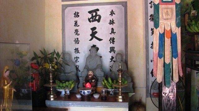Bàn thờ Tây Thiên Đông Đô chùa Thiên Tứ
