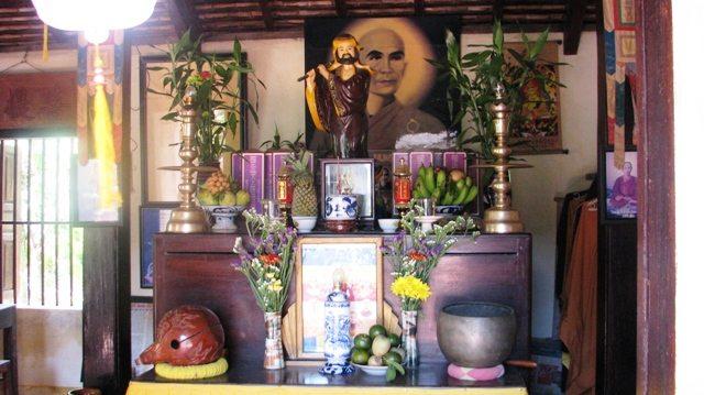 Bàn thờ Tổ chùa Thiên Tứ