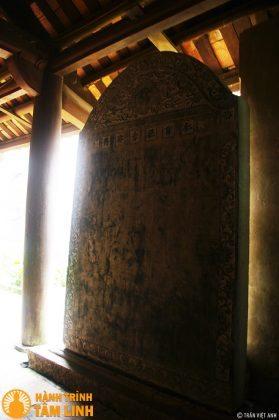 Bia đá cổ bên hành lang chùa được lưu giữ từ năm 1711