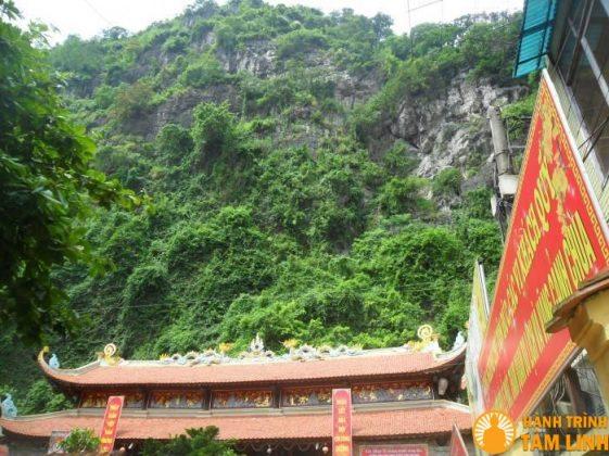Chùa Long Tiên tựa bên góc núi