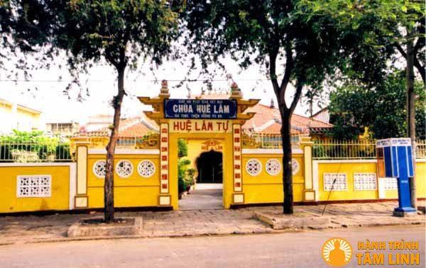 Cổng chùa Huệ Lâm