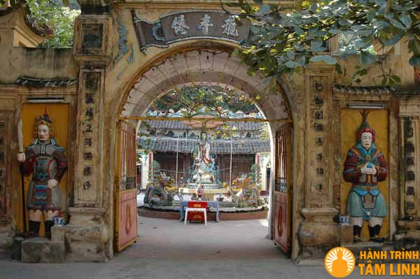 Cổng tam quan chùa Long Tiên